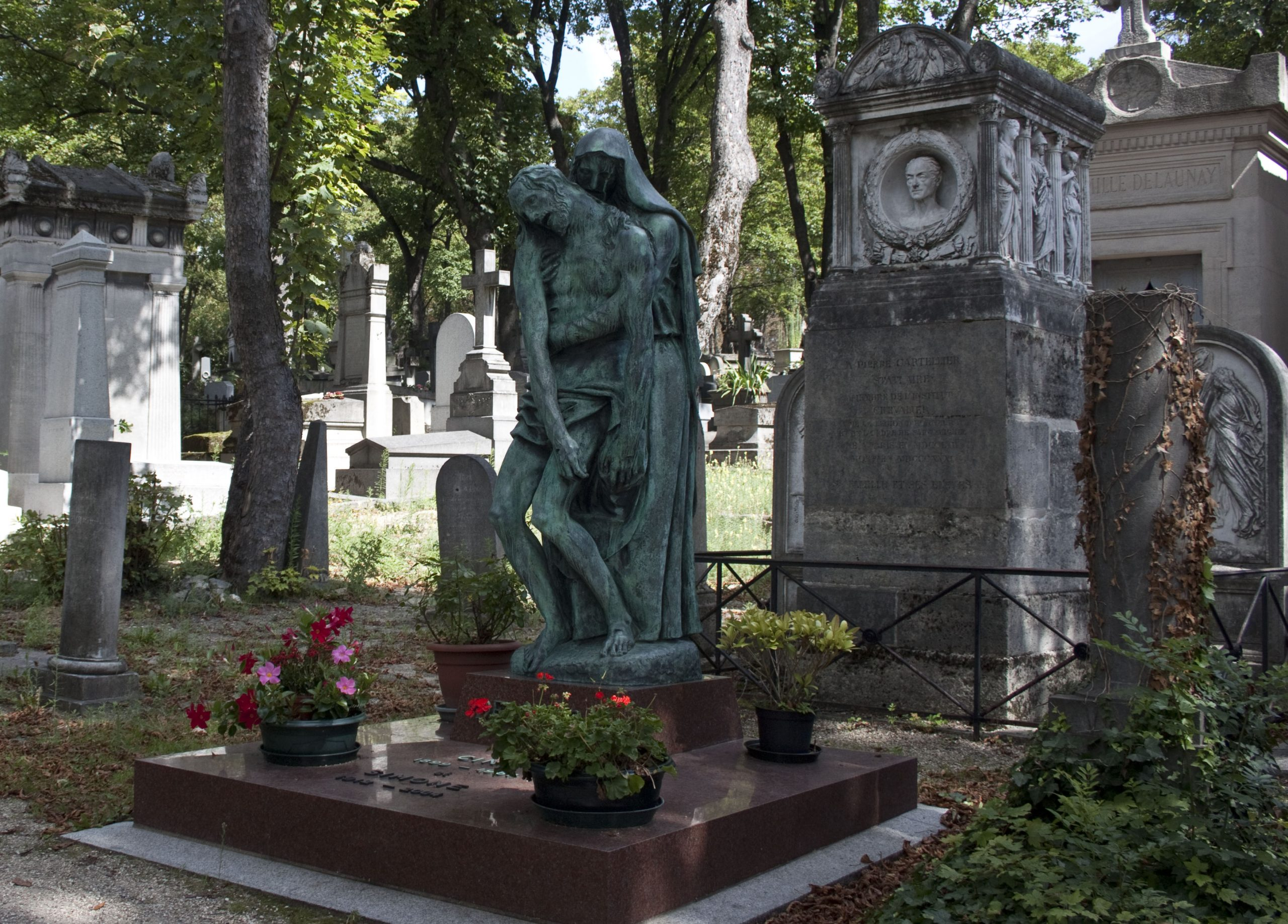 The-artistic-tombstones-of-the-Pere-Lachaise-Cemetery