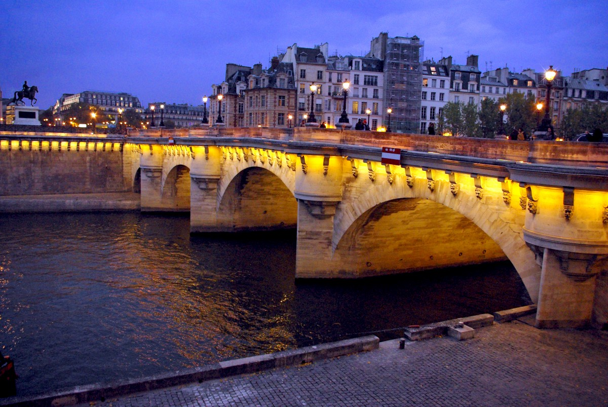 The-Pont-Neut-bridge-during-night-time