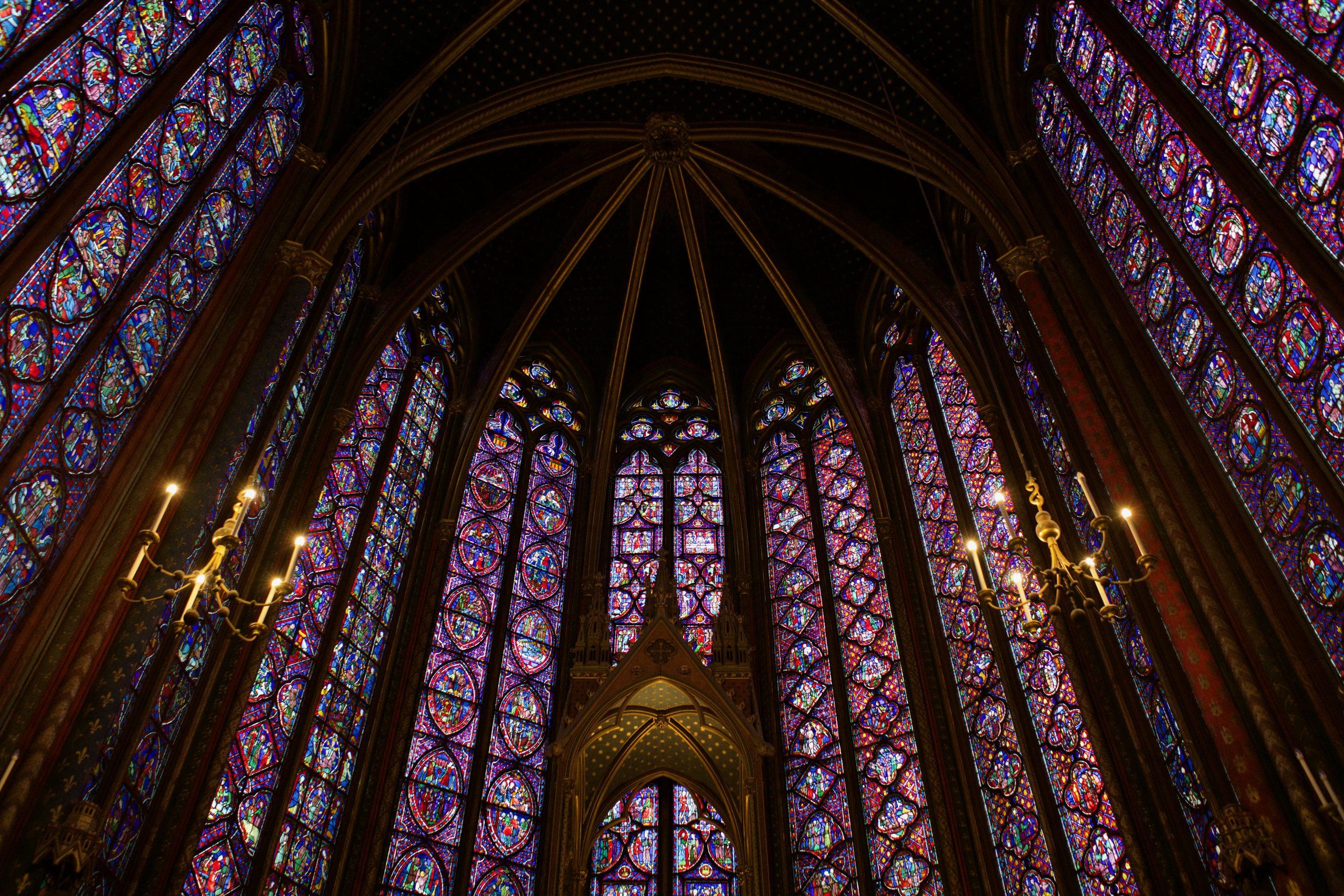 Extravagant-interior-of-the-Sainte-Chapelle