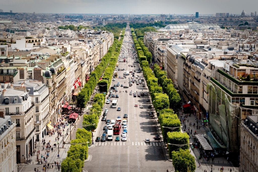 Busy-street-in-Les-Champs-Elysees