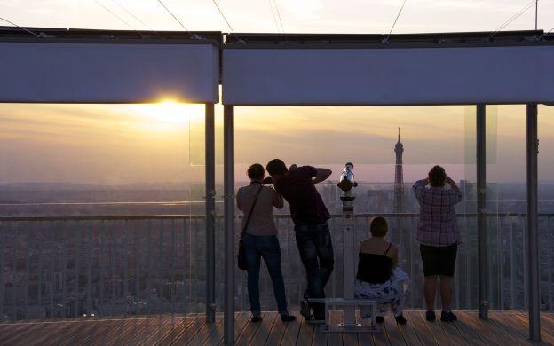 Family-enjoying-a-beautiful-sunset-together